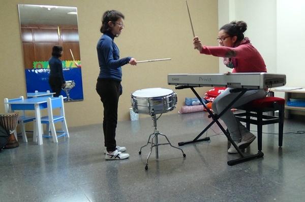 La musicoterapeuta María García realizando musicoterapia infantil.